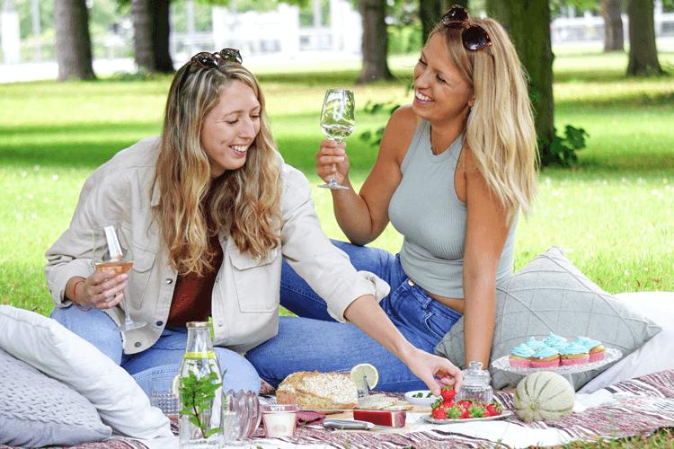 Zwei Frauen picknicken in Park