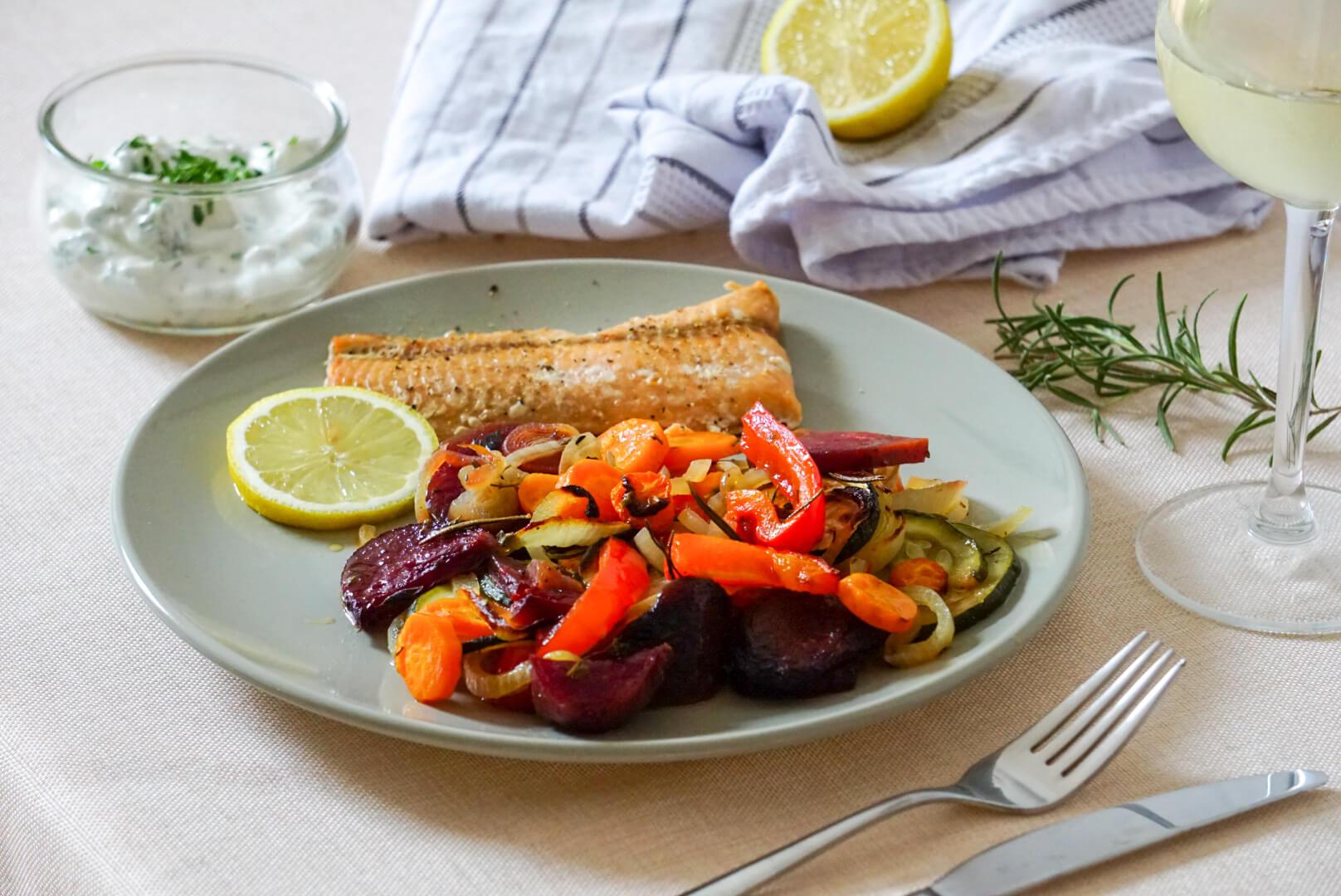 Im Ofen gebackene Rote-Beete, Parpika und Möhren auf einem Telller mit Lachs