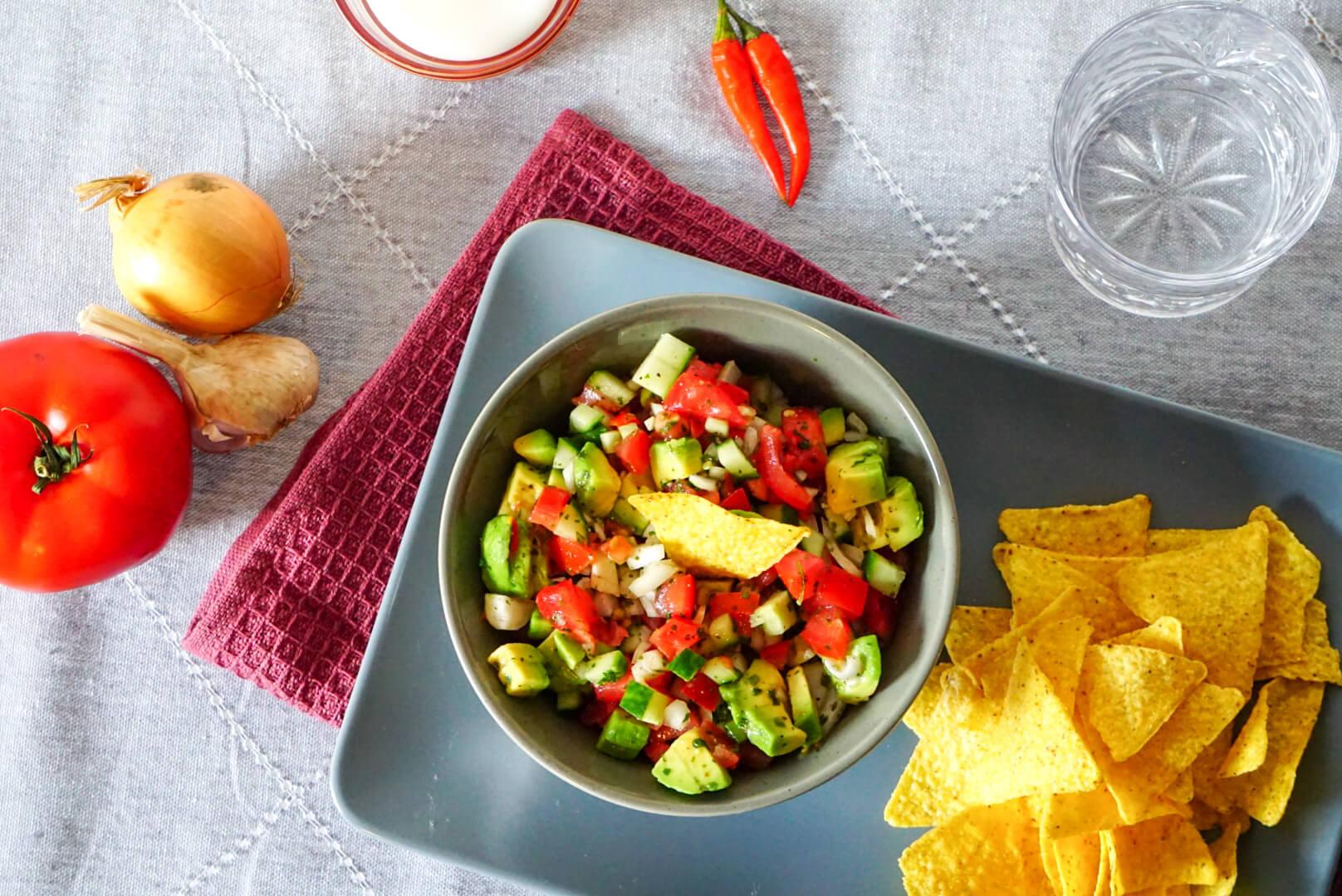 Schale mit Pico de Gallo aus Avocado, Tomaten, Gurkem und Chili