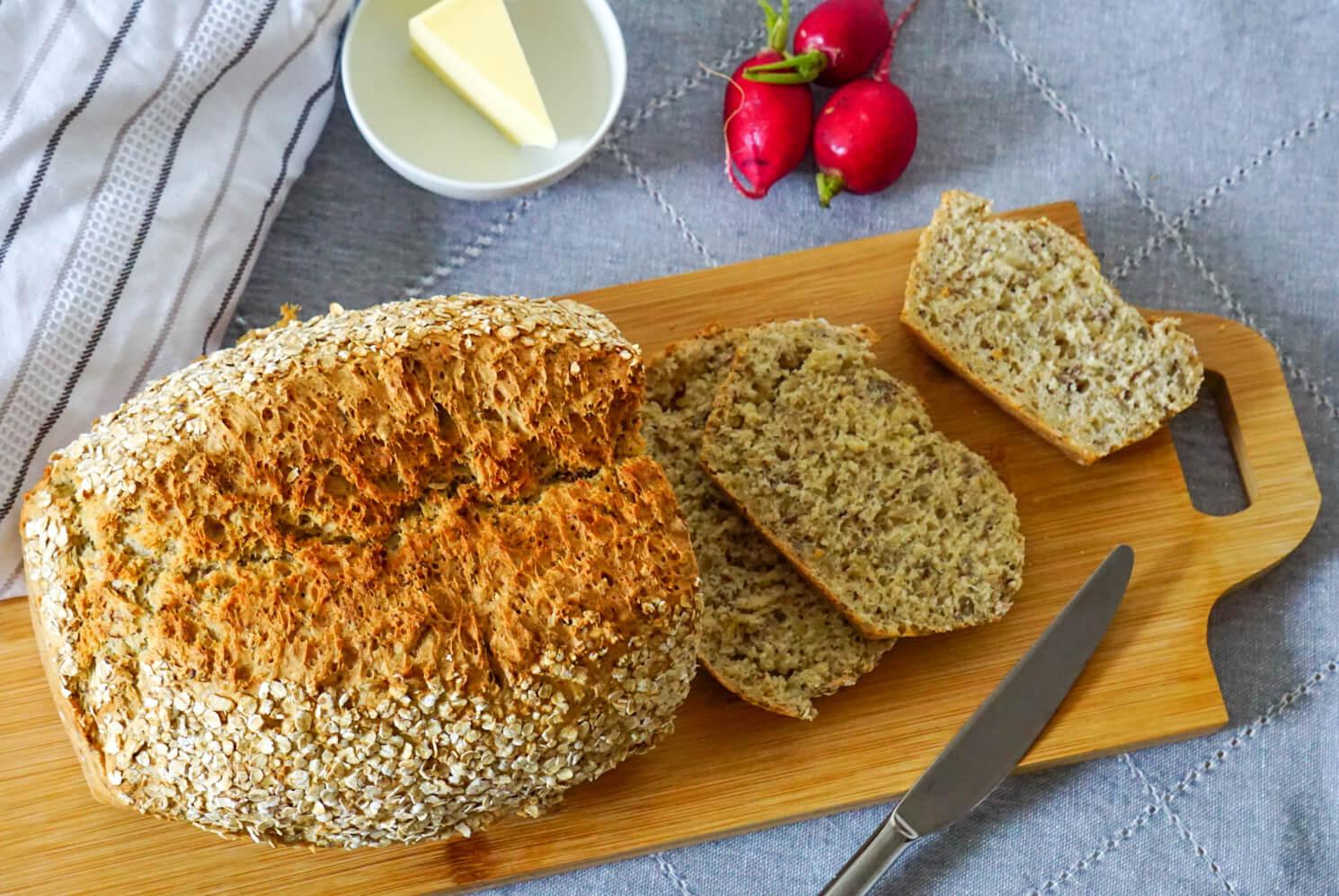 Selbst gebackenes angeschnittenes Brot