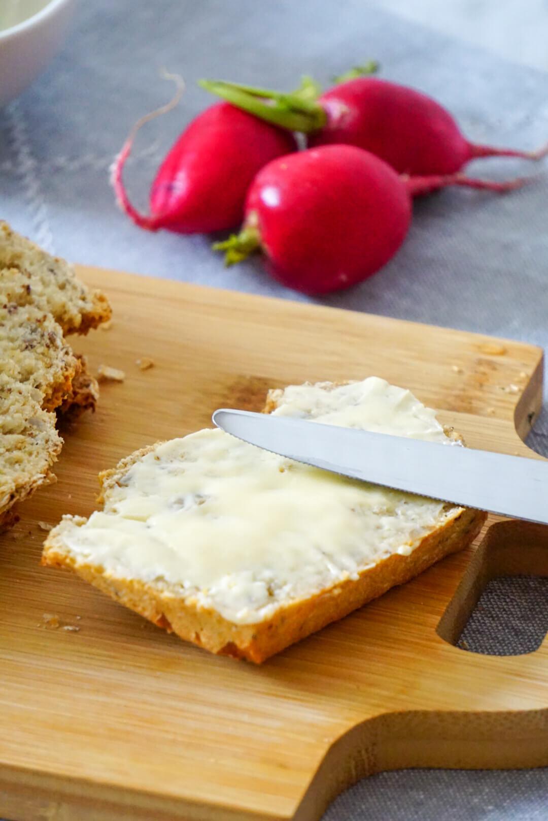 Eine Scheibe Brot mit Butter
