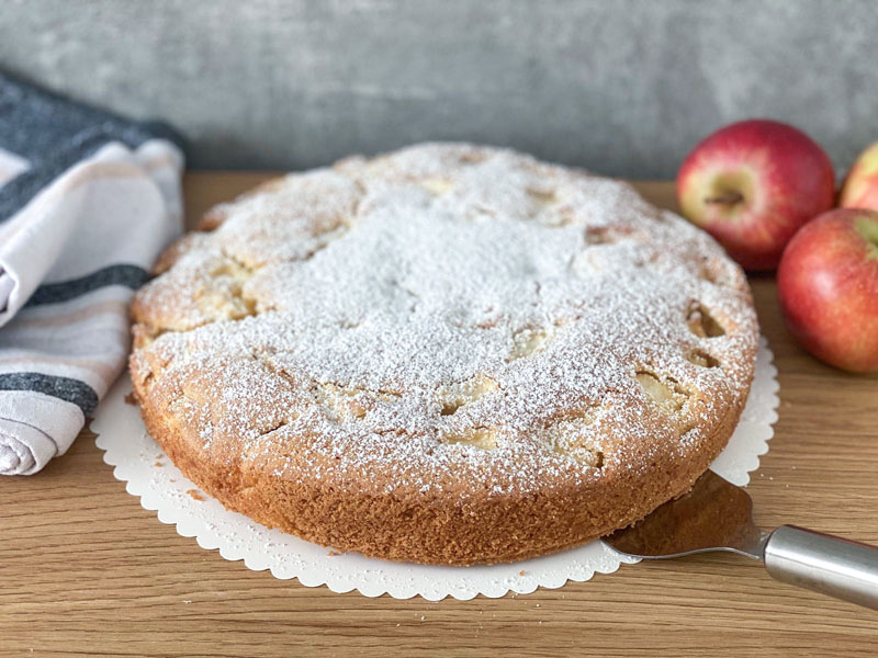 Selbstgemachter Apfelkuchen steht auf Tisch