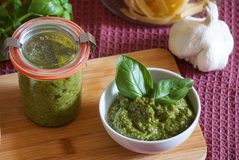 Schälchen mit einfachem Pesto verde, dahinter Weckglas mit Pesto